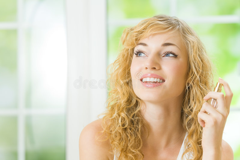Frau mit Duftstoff lizenzfreies stockfoto