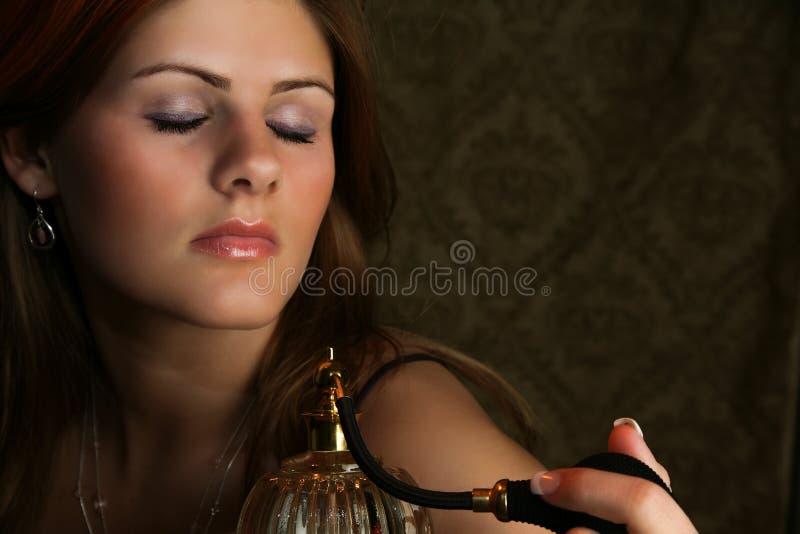 Frau mit Duftstoff-Zerstäuber stockfotografie