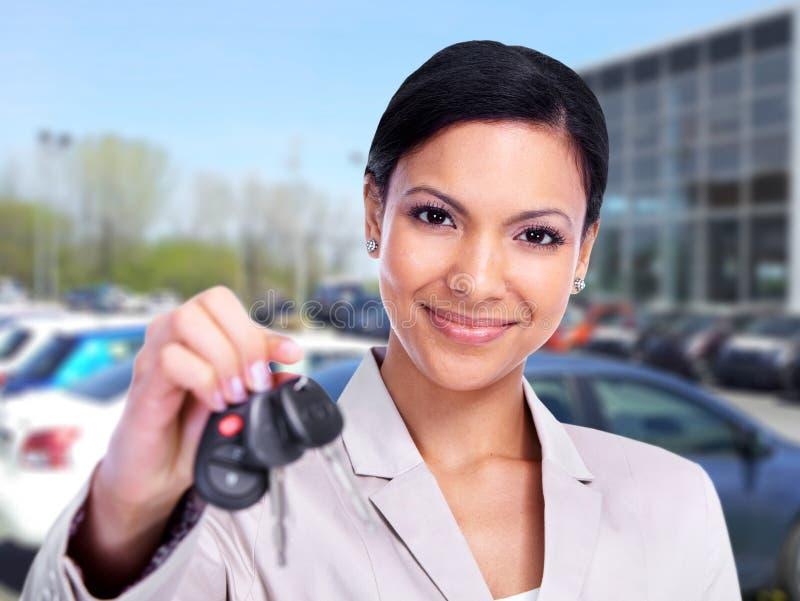 Frau mit einem Autoschlüssel. lizenzfreie stockfotografie