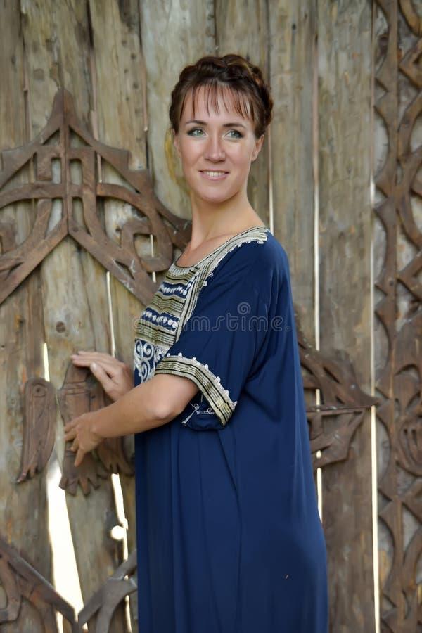 Frau mit einem blauen Kleid stockfotografie