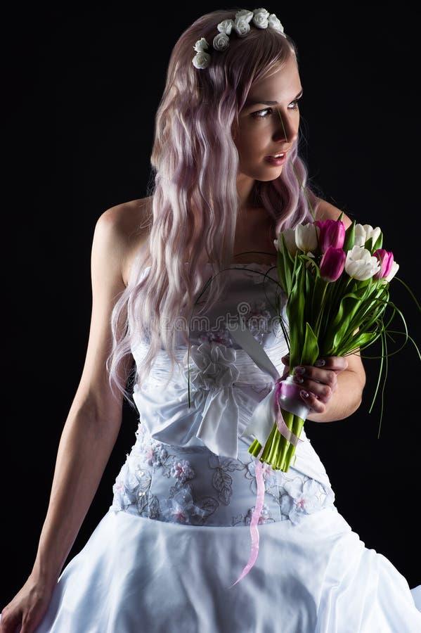 Frau mit einem Blumenstrauß von Tulpen stockbilder
