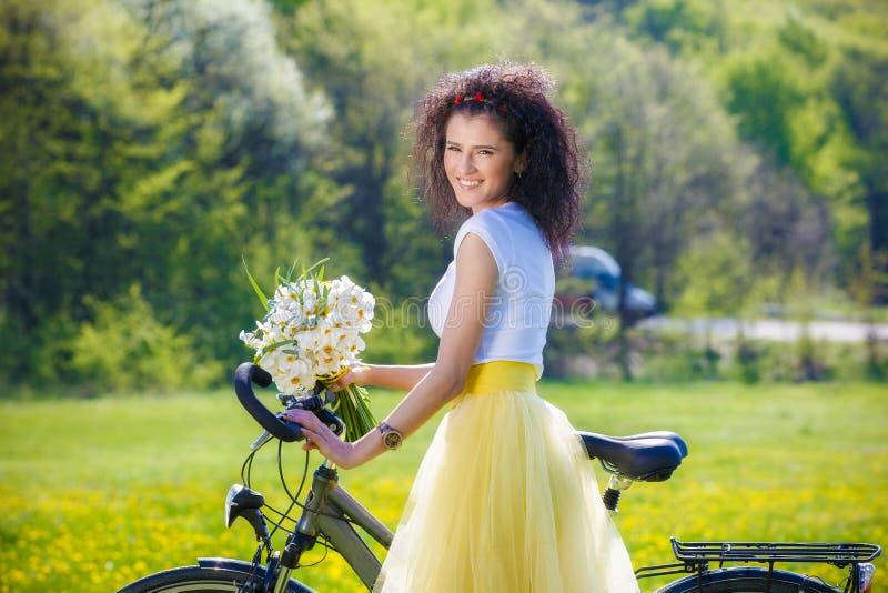 Frau mit einem Fahrrad in der Natur stockfotos