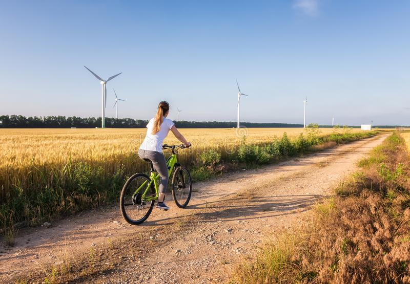 Frau mit einem Fahrrad in der Natur stockfotografie