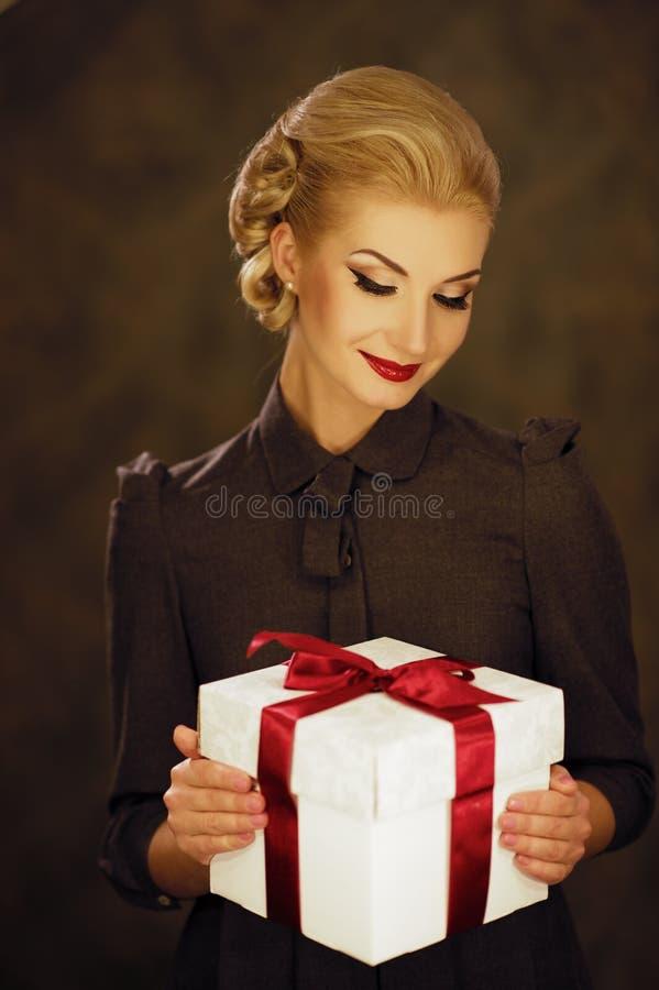 Frau mit einem Geschenk stockfotografie
