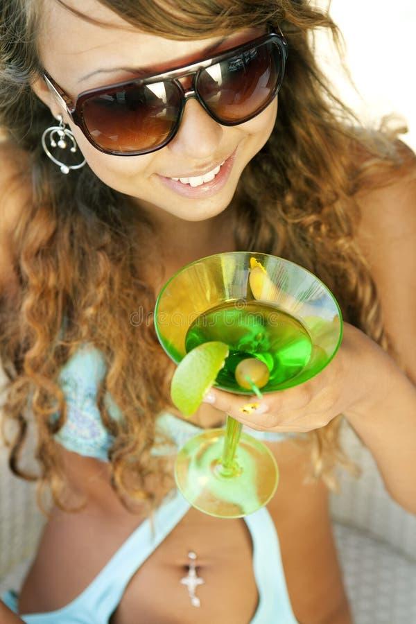 Frau mit einem Glas von Martini lizenzfreie stockfotografie