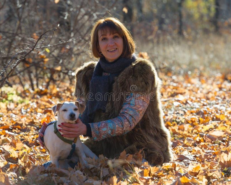 Frau Mit Einem Hund Am Feiertag Stockbild - Bild von