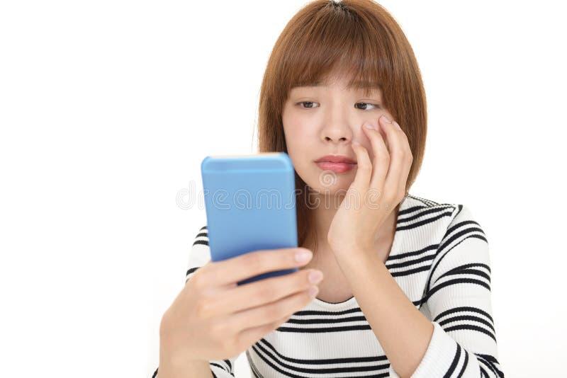 Frau mit einem intelligenten Telefon lizenzfreies stockbild