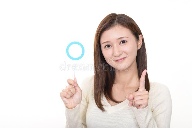 Frau mit einem jazeichen stockbilder