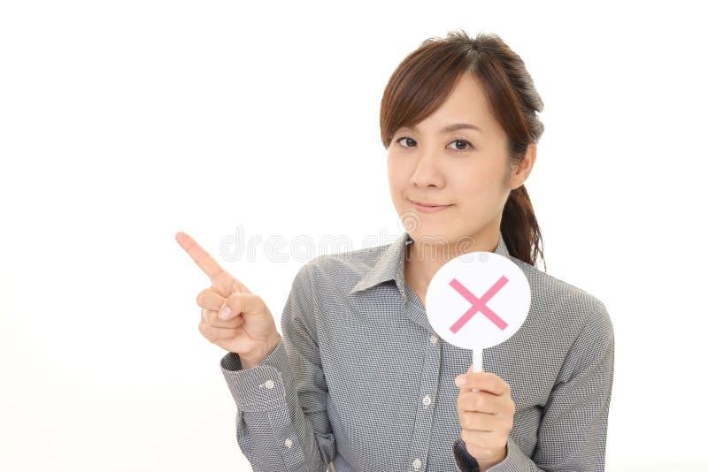 Frau mit einem keinem Zeichen stockfotografie