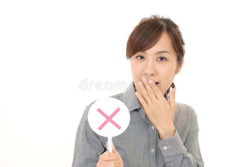 Frau mit einem keinem Zeichen lizenzfreie stockfotografie