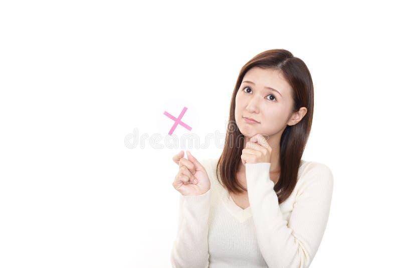Frau mit einem keinem Zeichen stockbild
