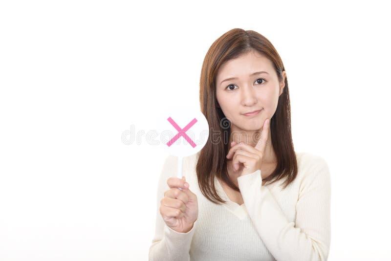 Frau mit einem keinem Zeichen lizenzfreie stockfotos