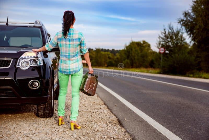 Frau mit einem leeren Behälter des Gases lizenzfreie stockfotografie