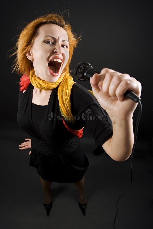 Frau mit einem Mikrofon stockfoto