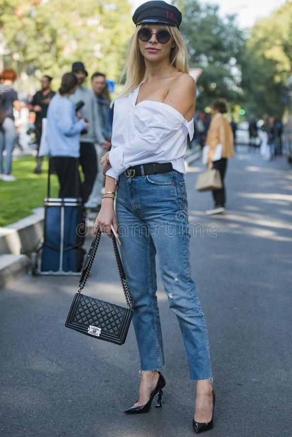 Frau mit einem modernen Blick, Haltungen bei Milan Fashion Week lizenzfreies stockfoto