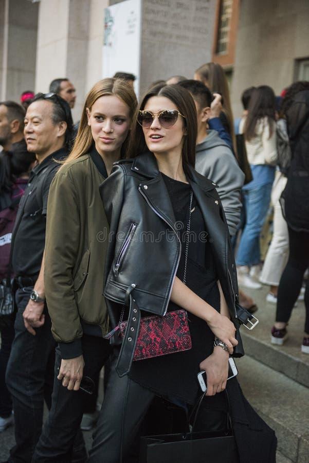 Frau mit einem modernen Blick, Haltungen bei Milan Fashion Week stockbilder