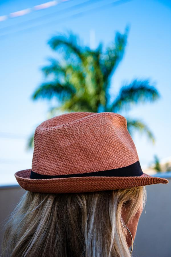 Frau mit einem orange Hut stockfotos