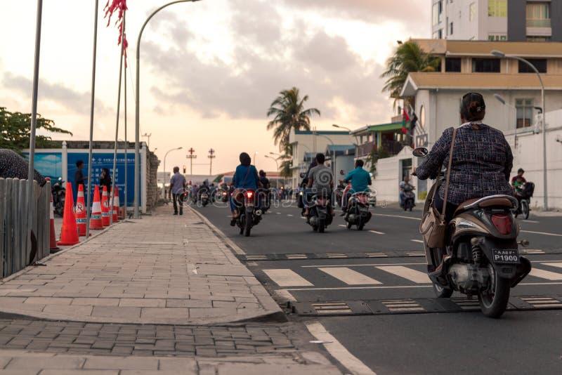 Frau mit einem Roller im Mann, Malediven stockbild