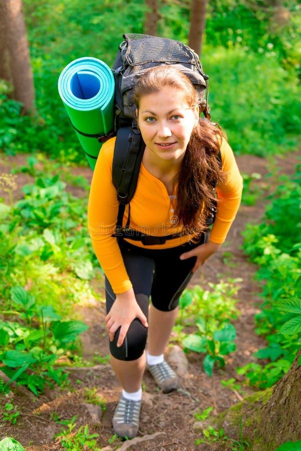 Frau mit einem Rucksack herauf den Hügel lizenzfreies stockfoto