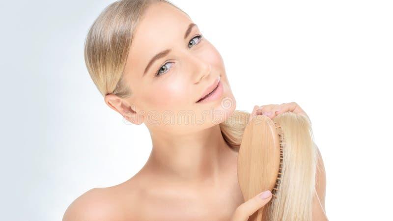 Frau mit einem schönen gesunden Haar lizenzfreie stockbilder