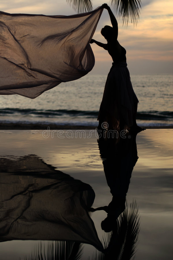 Frau mit einem Schal lizenzfreies stockfoto