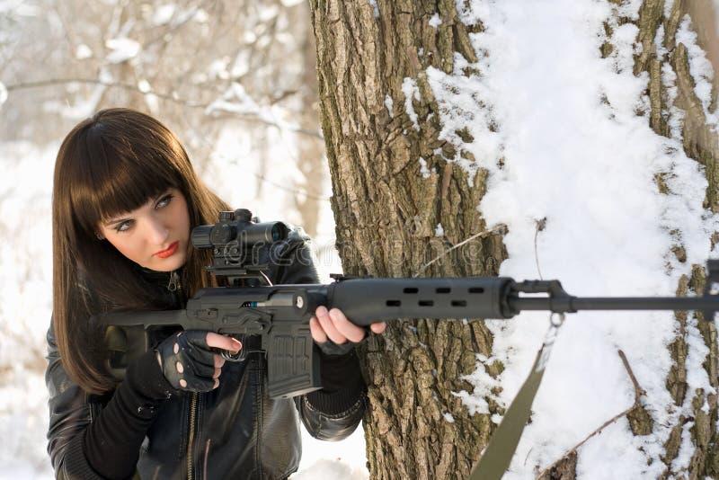 Frau mit einem Scharfschützegewehr stockbild