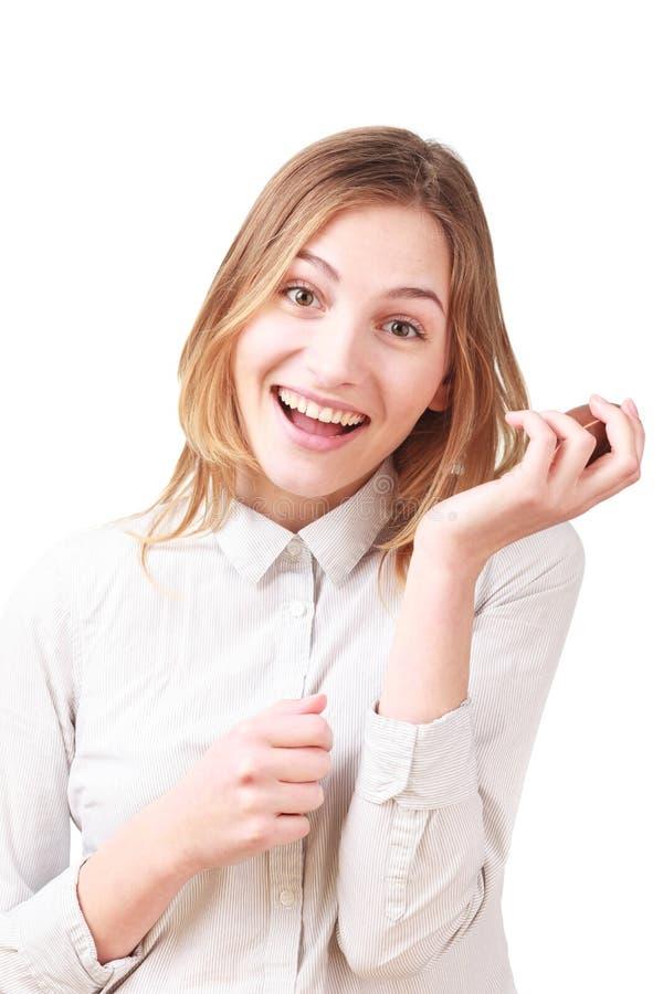 Frau mit einem Schokoladenei lokalisiert auf Weiß stockfoto