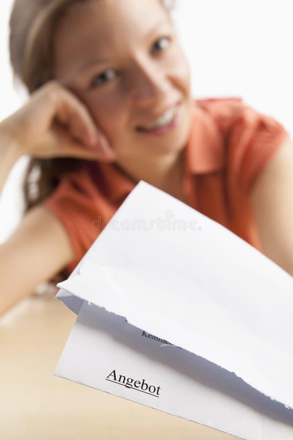 Frau mit einem schriftlichen Angebot in der deutschen Sprache stockfotos