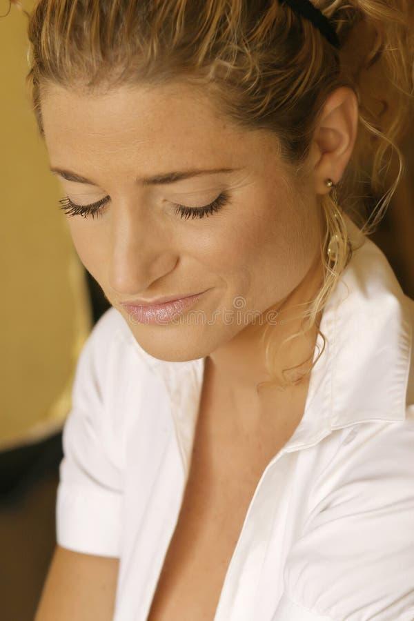 Frau mit einem Smirk lizenzfreie stockbilder
