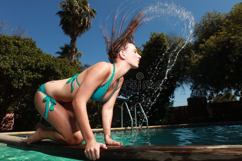 Frau mit einem Swimmingpool während des Sommers lizenzfreie stockfotografie