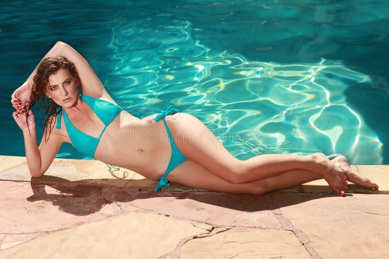 Frau mit einem Swimmingpool während des Sommers stockfoto