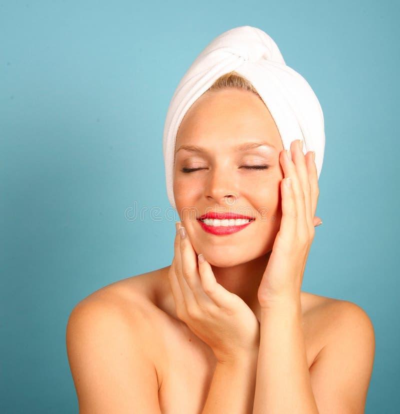 Frau mit einem Tuch auf Haar lizenzfreies stockbild