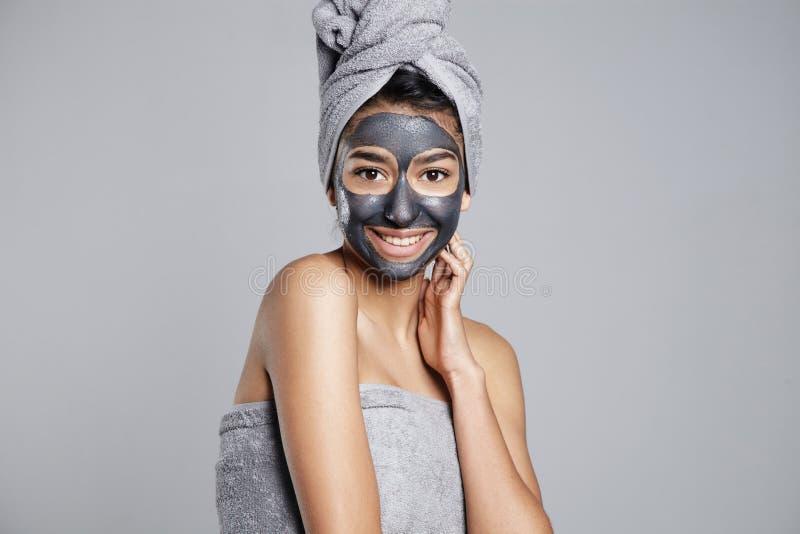 Frau mit einem Tuch auf Haupt- und Gesichtsmaske an lizenzfreies stockfoto