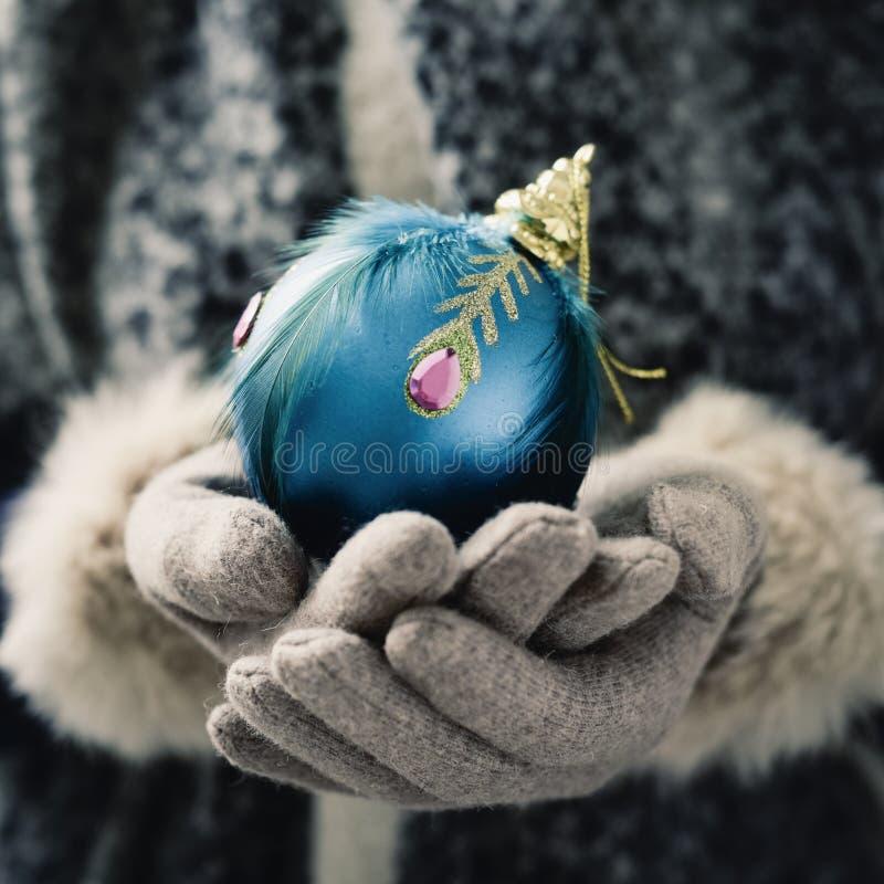Frau mit einem verzierten Weihnachtsball lizenzfreie stockfotos