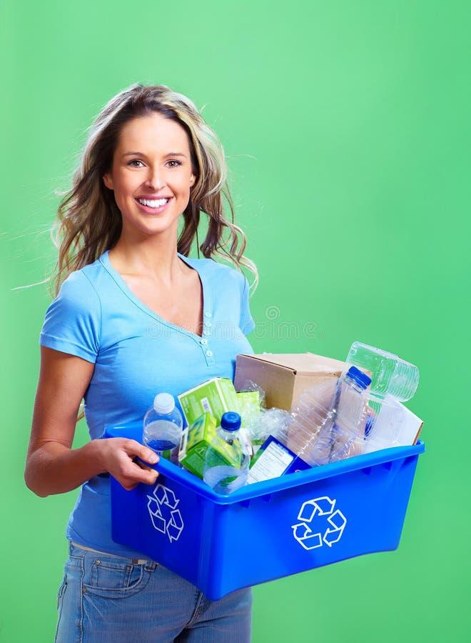 Frau mit einem Wiederverwertungsstauraum stockfoto