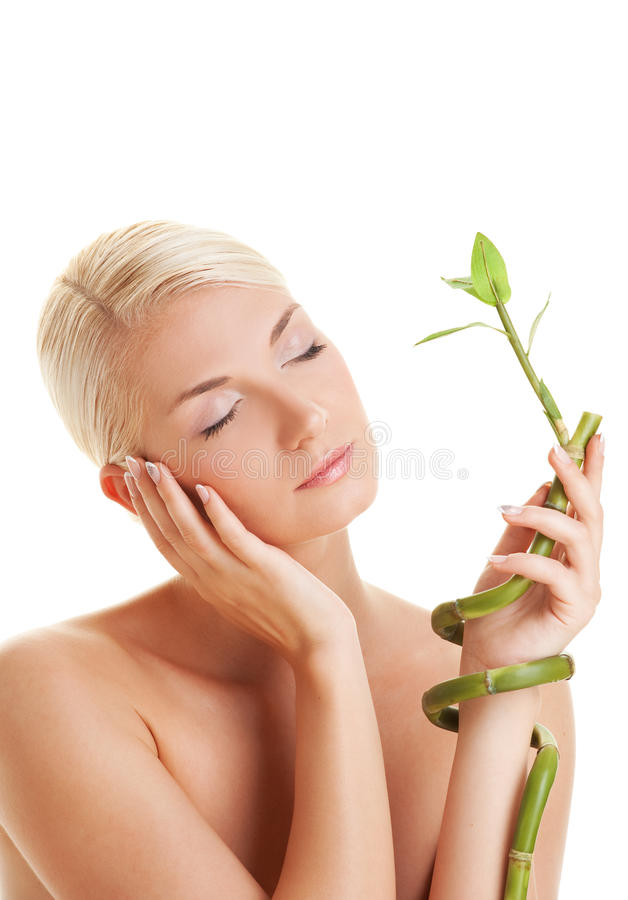 Frau mit einer Bambusanlage stockfotografie