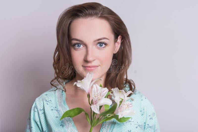 Frau mit einer Blume Frau auf weißem Hintergrund lizenzfreie stockbilder