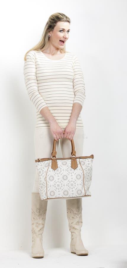 Frau mit einer Handtasche lizenzfreie stockfotos