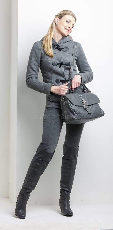 Frau mit einer Handtasche stockbilder