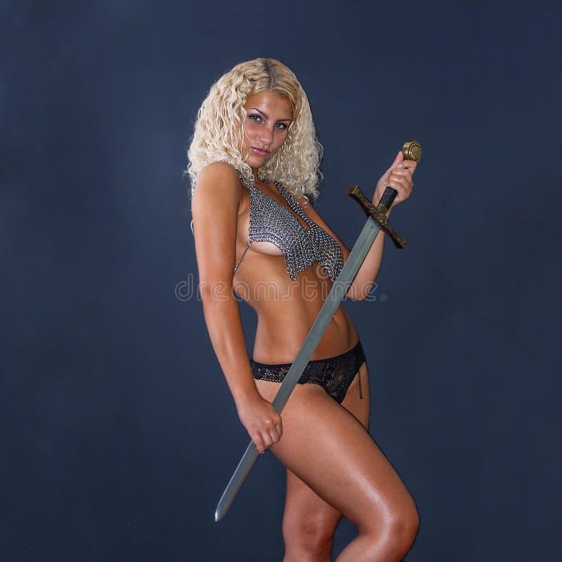 Frau mit einer Klinge stockfotografie