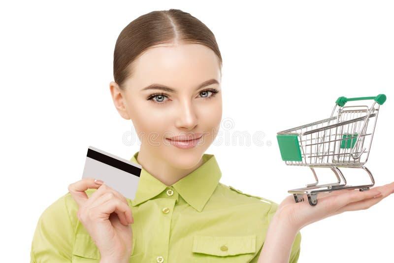 Frau mit einer Laufkatze für Einkaufstaschen und Kreditbankkarte in h lizenzfreies stockfoto