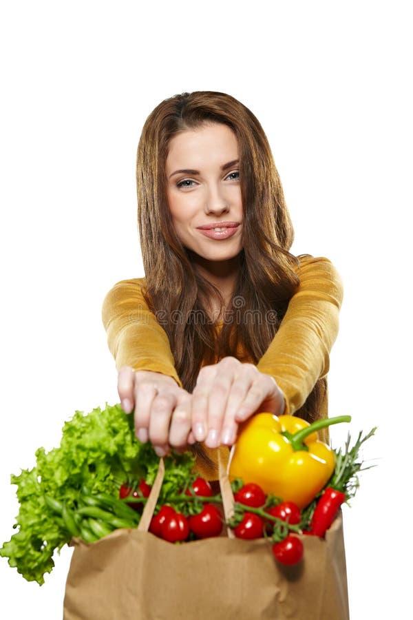 Frau mit einer Lebensmittelgeschäft-Einkaufstasche Lokalisiert auf weißem backg stockfotografie