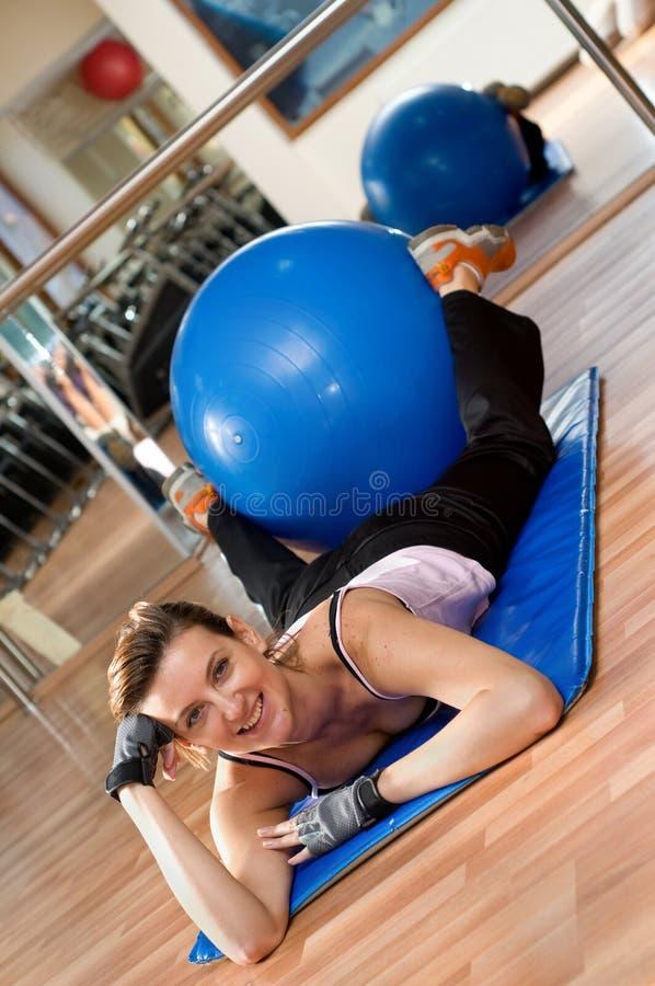 Frau mit einer Pilates Kugel lizenzfreie stockfotos
