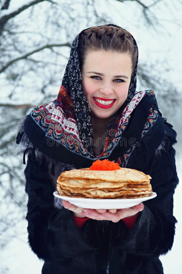 Frau mit einer Platte von Pfannkuchen lizenzfreies stockfoto
