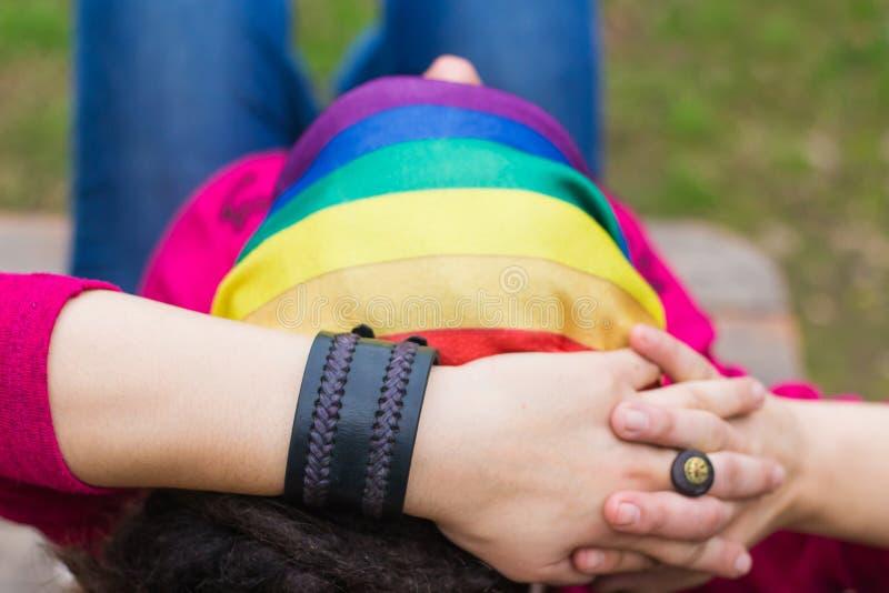 Frau mit einer Regenbogenbandanna lizenzfreie stockbilder