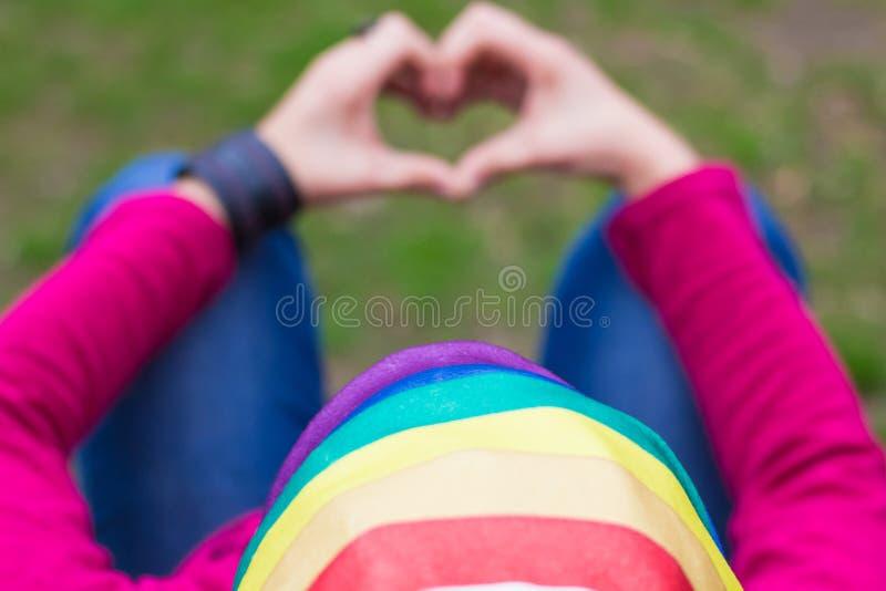 Frau mit einer Regenbogenbandanna stockbild