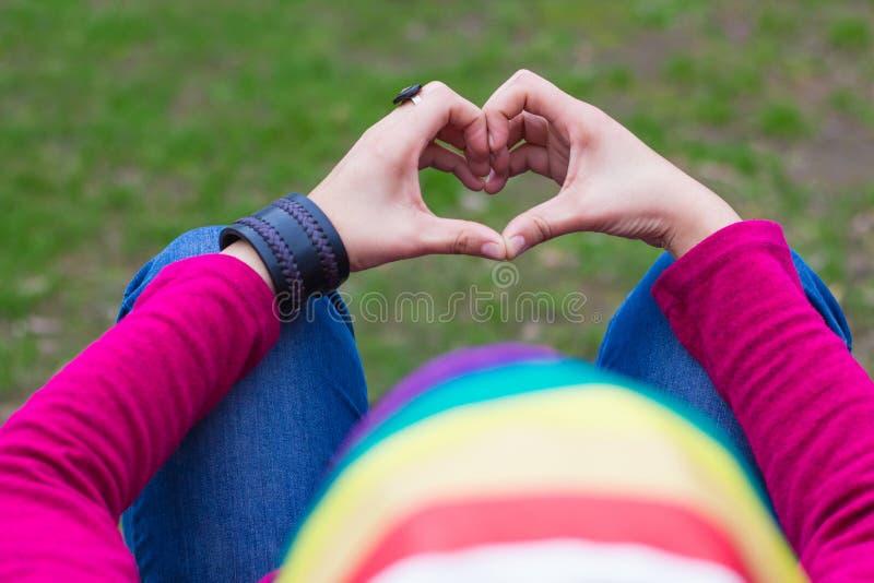 Frau mit einer Regenbogenbandanna stockfotos
