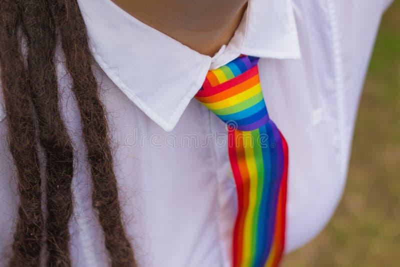 Frau mit einer Regenbogenbindung lizenzfreie stockbilder