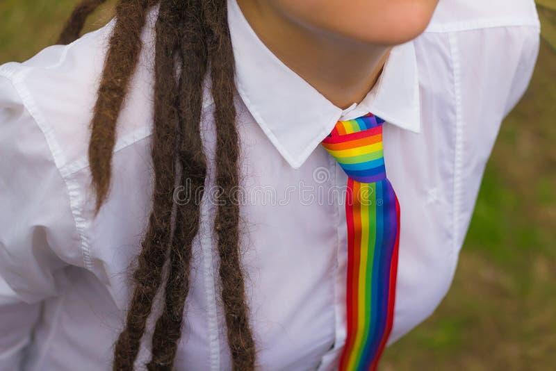 Frau mit einer Regenbogenbindung stockfoto