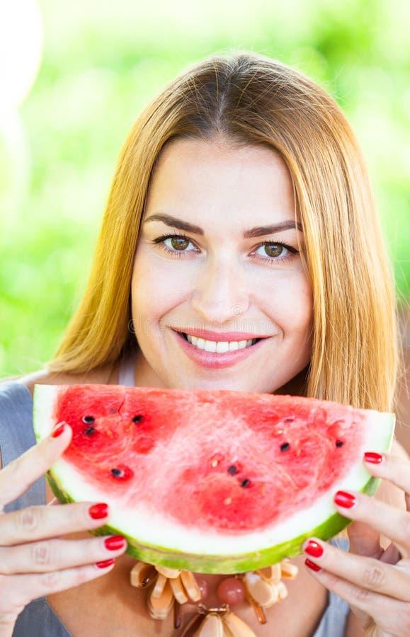 Frau mit einer roten Wassermelone lizenzfreie stockfotografie
